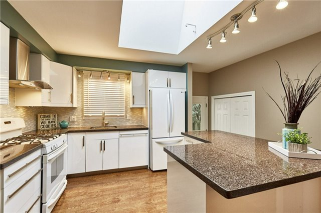 Detached at 32 Regency Cres, Whitby, Ontario. Image 3