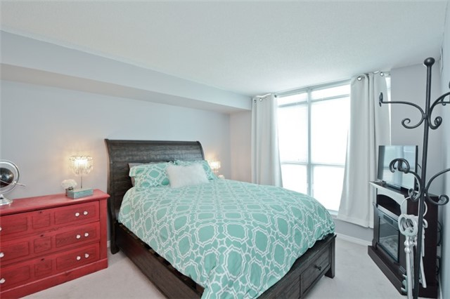 Condo Apartment at 340 Watson St, Unit 907, Whitby, Ontario. Image 3
