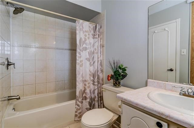 Condo Townhouse at 580 Eyer Dr, Unit 20, Pickering, Ontario. Image 3