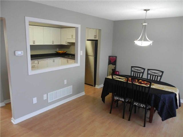 Townhouse at 21 Hanning Crt, Clarington, Ontario. Image 11