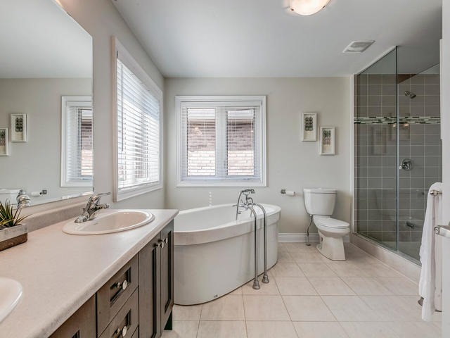 Detached at 32 Endeavour Crt, Whitby, Ontario. Image 4