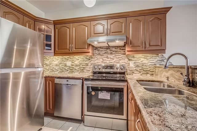 Detached at 25 Rampart Cres, Whitby, Ontario. Image 2