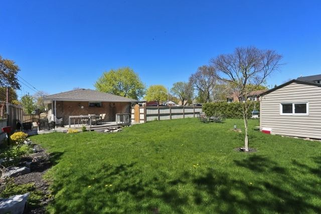 Detached at 601 Gilbert St W, Whitby, Ontario. Image 13