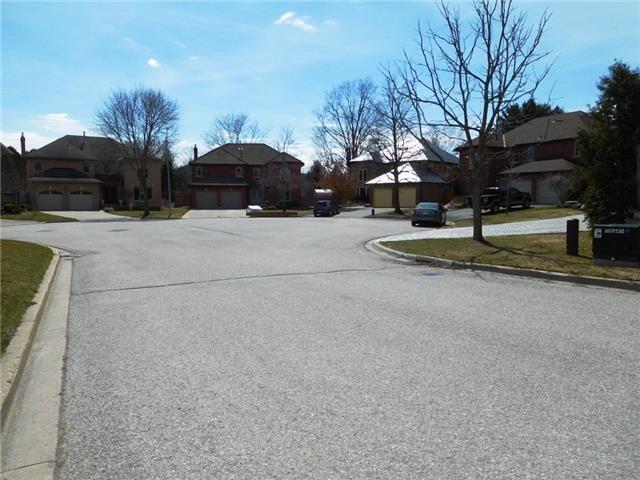 Detached at 2 Greenlefe Crt, Aurora, Ontario. Image 8