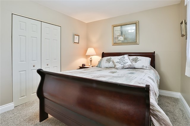 Semi-detached at 164 Longford Dr, Newmarket, Ontario. Image 2