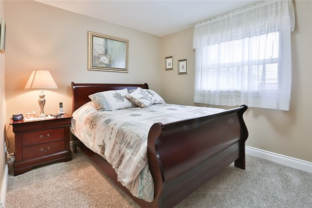 Semi-detached at 164 Longford Dr, Newmarket, Ontario. Image 3