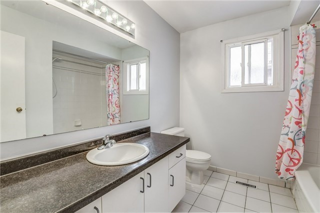 Detached at 37 Newmill Cres, Richmond Hill, Ontario. Image 5