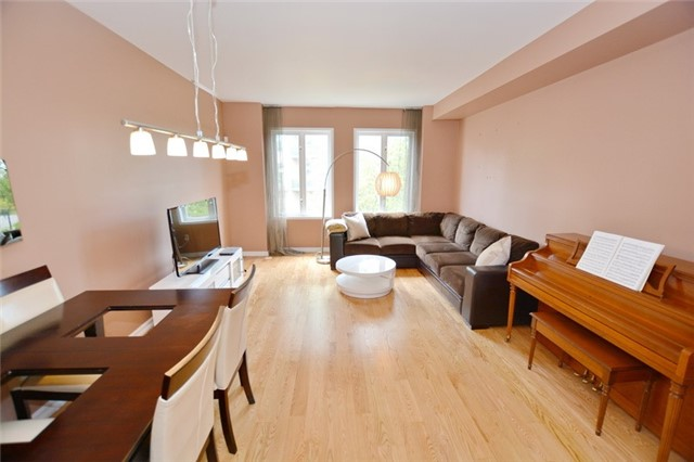 Townhouse at 7 Coburg Cres, Richmond Hill, Ontario. Image 3