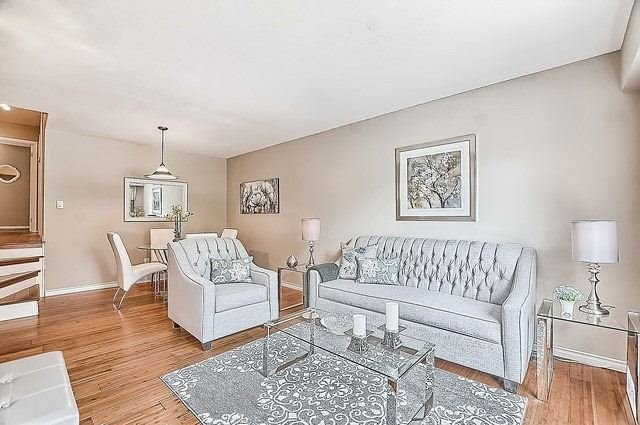 Semi-detached at 122 Longford Dr, Newmarket, Ontario. Image 1