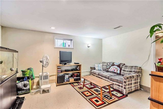 Semi-detached at 122 Longford Dr, Newmarket, Ontario. Image 3