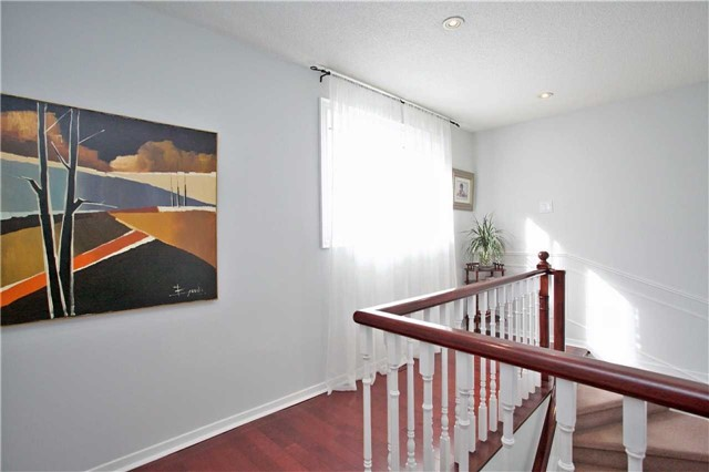 Detached at 10 Tiffany Gate, Richmond Hill, Ontario. Image 4