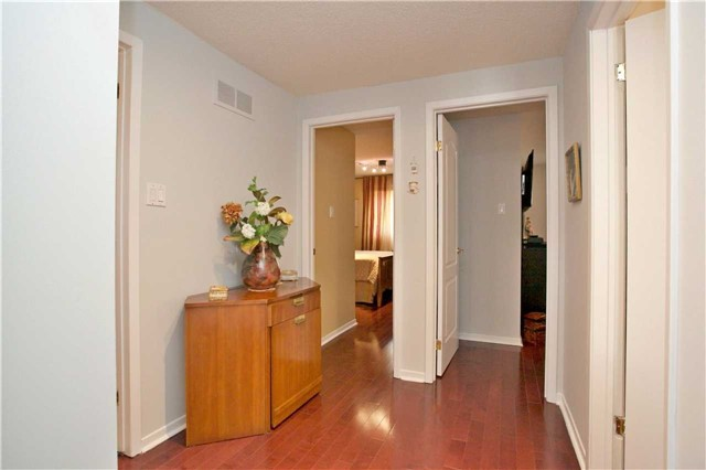 Detached at 10 Tiffany Gate, Richmond Hill, Ontario. Image 5