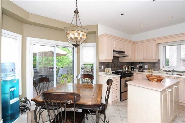 Detached at 990 Northern Prospect Cres, Newmarket, Ontario. Image 2