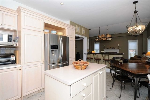 Detached at 990 Northern Prospect Cres, Newmarket, Ontario. Image 3