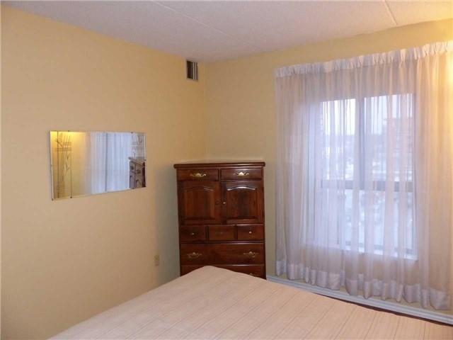 Condo Apartment at 15390 Yonge St, Unit 407, Aurora, Ontario. Image 3