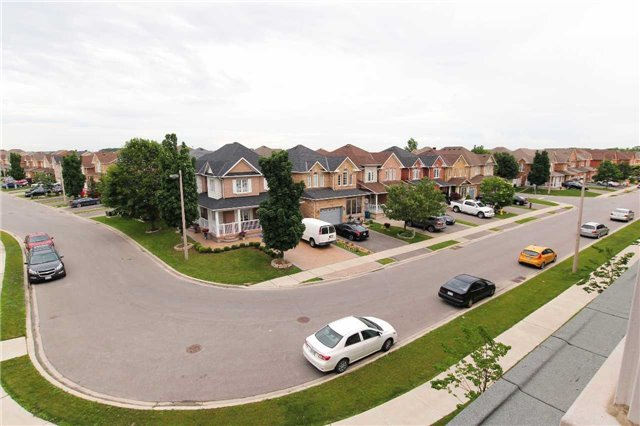 Condo Townhouse at 105 Kayla Cres, Unit #3, Vaughan, Ontario. Image 7