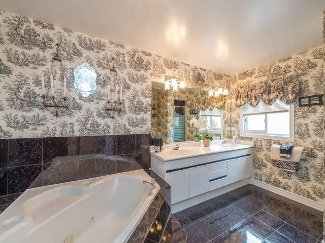 Detached at 33 Coldwater Crt E, Vaughan, Ontario. Image 5
