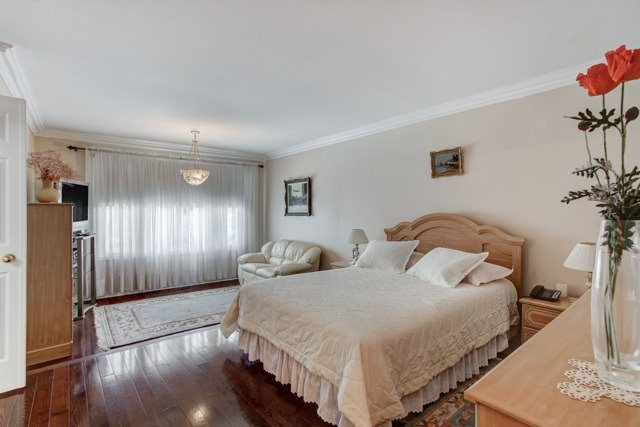 Detached at 1 Somerset Cres, Richmond Hill, Ontario. Image 2