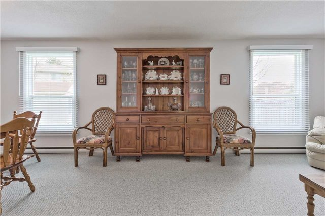 Detached at 247 Robinson Dr, Newmarket, Ontario. Image 3