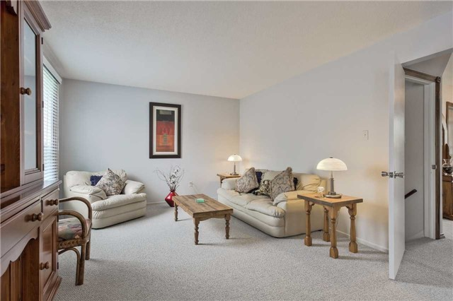 Detached at 247 Robinson Dr, Newmarket, Ontario. Image 4