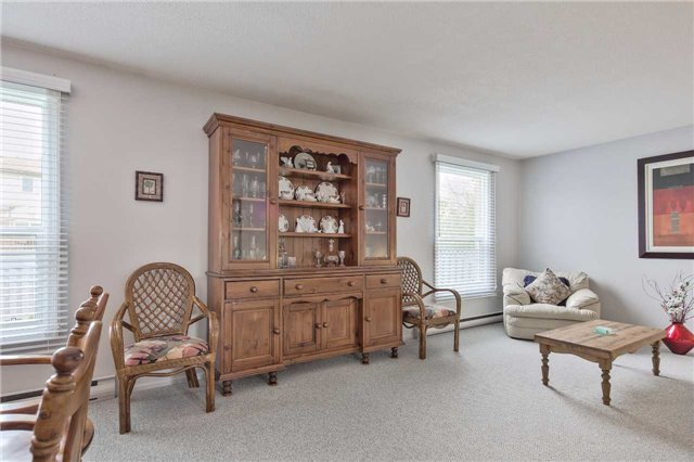 Detached at 247 Robinson Dr, Newmarket, Ontario. Image 5