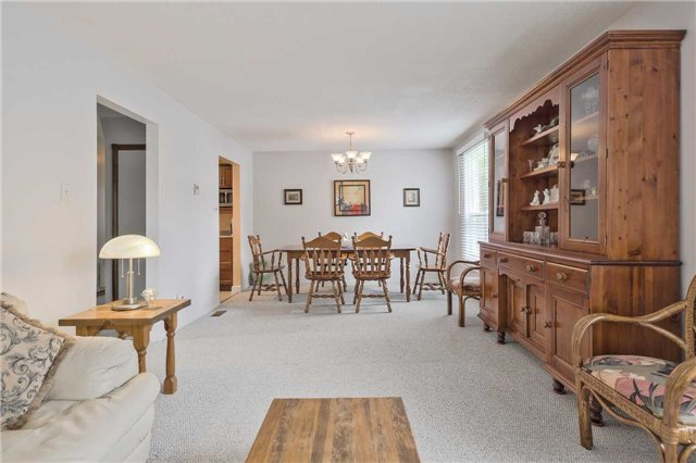 Detached at 247 Robinson Dr, Newmarket, Ontario. Image 6