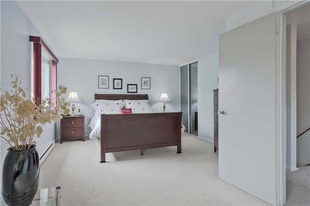 Detached at 247 Robinson Dr, Newmarket, Ontario. Image 7