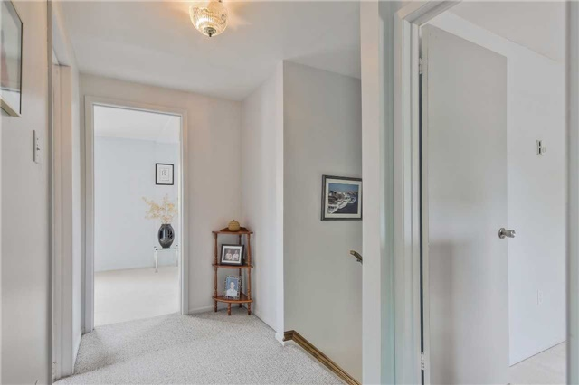 Detached at 247 Robinson Dr, Newmarket, Ontario. Image 8