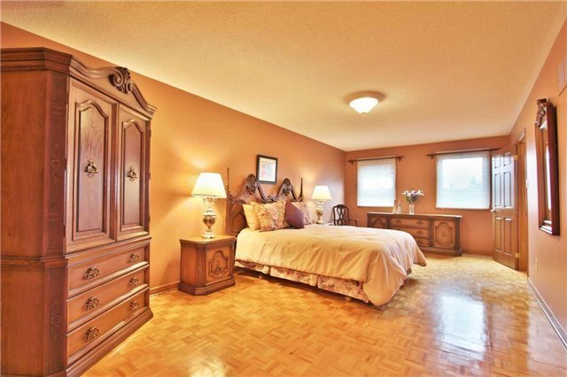 Detached at 142 Longhouse St, Vaughan, Ontario. Image 3