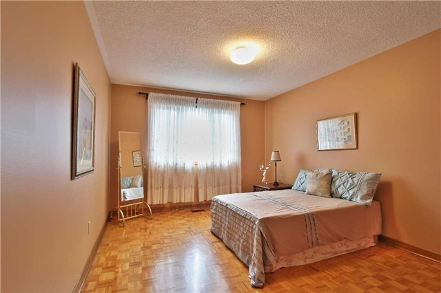 Detached at 142 Longhouse St, Vaughan, Ontario. Image 7