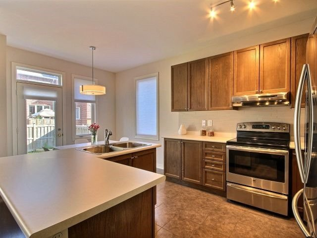 Townhouse at 132 Courtland Cres, East Gwillimbury, Ontario. Image 3