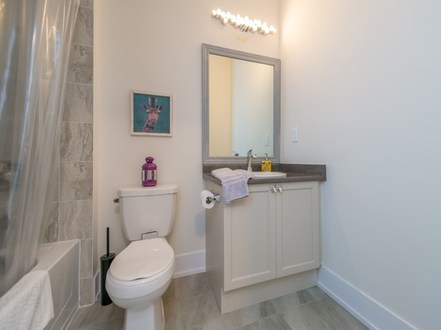 Townhouse at 8 Cambray Rd, Vaughan, Ontario. Image 6