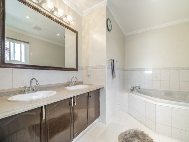 Detached at 146 Barrhill Rd, Vaughan, Ontario. Image 9