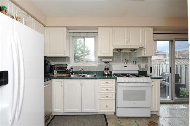 Townhouse at 5 Crieff Ave, Vaughan, Ontario. Image 2