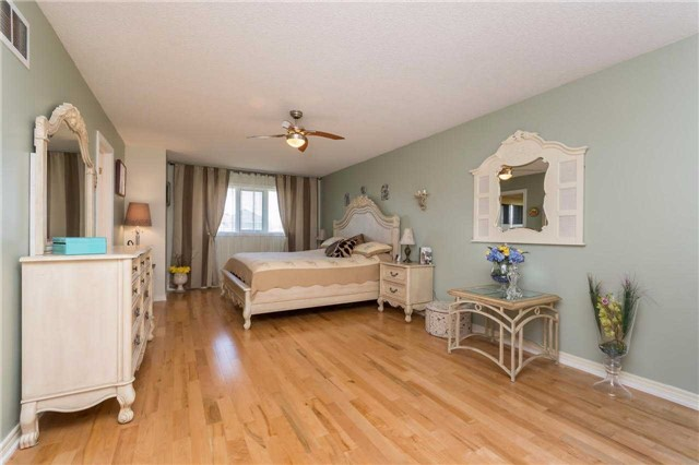 Detached at 32 Richbell St, Vaughan, Ontario. Image 4