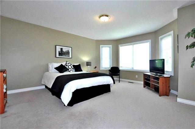 Detached at 894 Norsan Crt, Newmarket, Ontario. Image 3