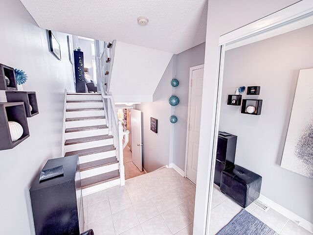 Condo Townhouse at 380 Riddell Crt, Newmarket, Ontario. Image 5