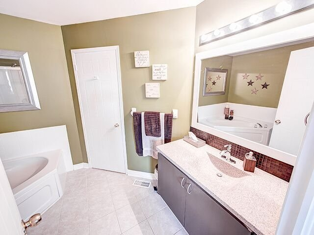 Condo Townhouse at 380 Riddell Crt, Newmarket, Ontario. Image 7