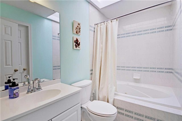 Townhouse at 538 Rourke Pl, Newmarket, Ontario. Image 3