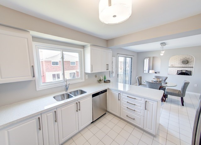 Detached at 211 Savage Rd, Newmarket, Ontario. Image 13