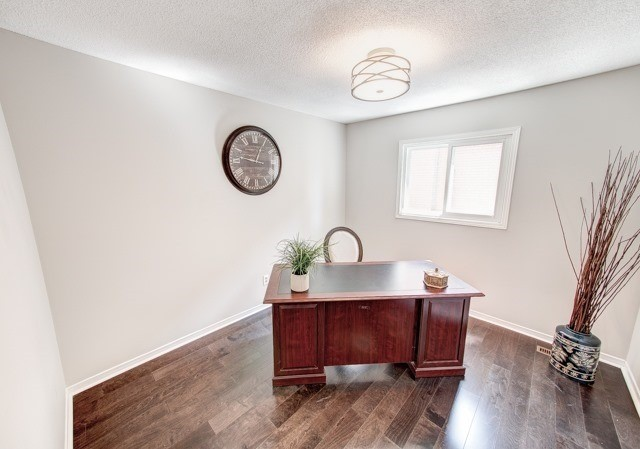 Detached at 211 Savage Rd, Newmarket, Ontario. Image 3