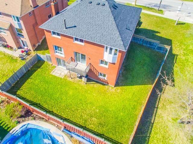 Detached at 211 Savage Rd, Newmarket, Ontario. Image 10