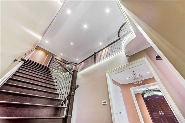 Detached at 21 Sunnywood Cres, Richmond Hill, Ontario. Image 6