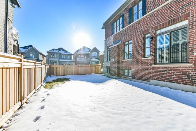 Detached at 25 Russell Parker Cres, Aurora, Ontario. Image 13