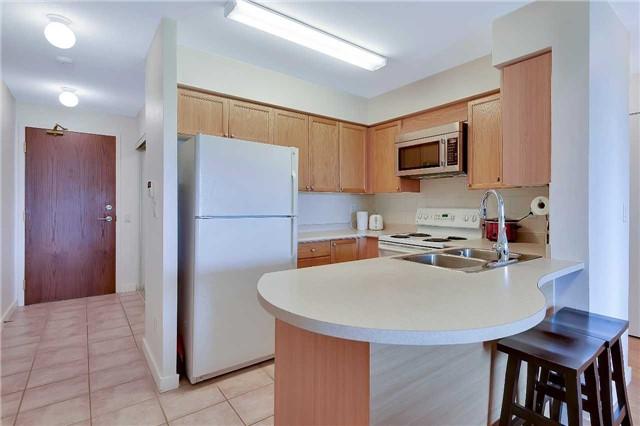 Condo Apartment at 23 Oneida Cres, Unit 701, Richmond Hill, Ontario. Image 6