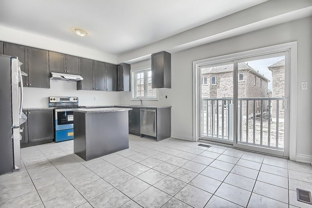 Detached at 2 Milby Cres, Bradford West Gwillimbury, Ontario. Image 2