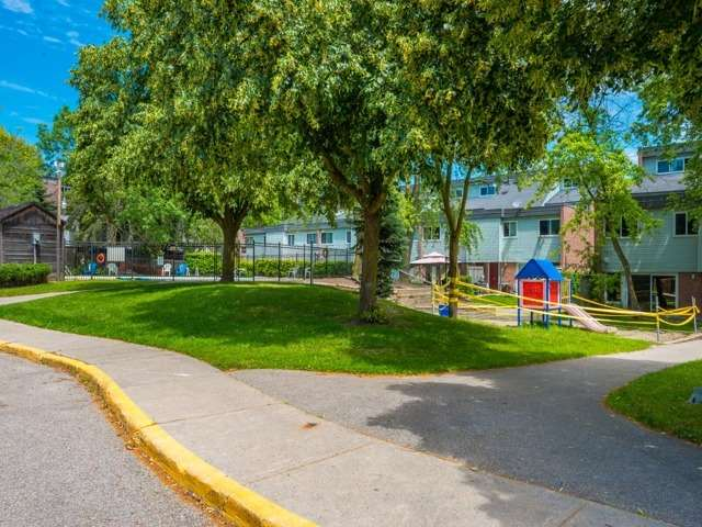 Condo Townhouse at 62 Springfair Ave, Aurora, Ontario. Image 10