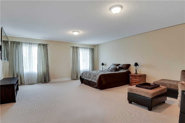 Detached at 722 Peter Hall Dr, Newmarket, Ontario. Image 3