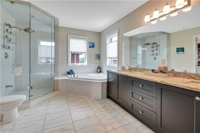 Detached at 722 Peter Hall Dr, Newmarket, Ontario. Image 4