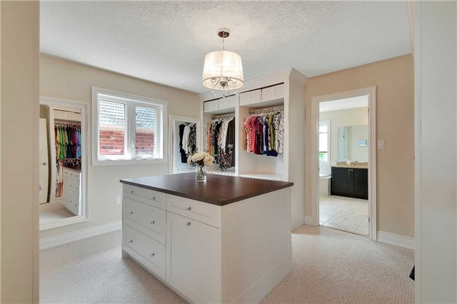 Detached at 722 Peter Hall Dr, Newmarket, Ontario. Image 5